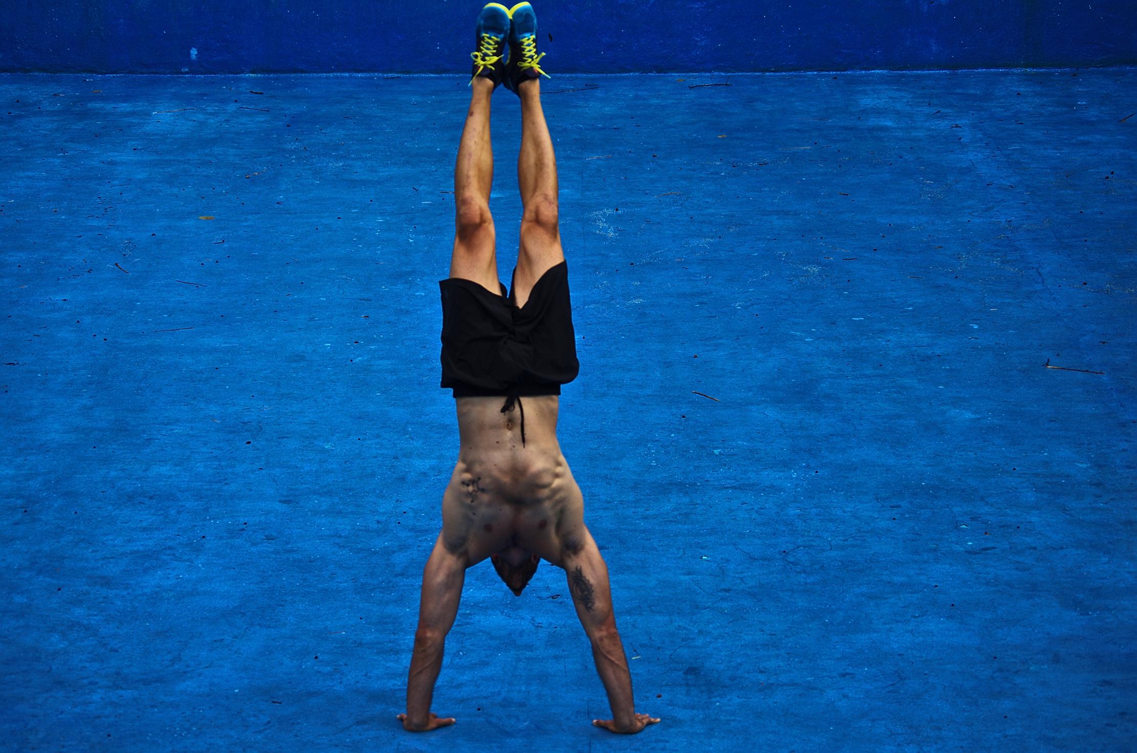 La verticale è un esercizio a corpo libero che attiva tutti i muscoli